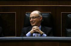 El ministro de Hacienda y Administraciones Públicas, Cristóbal Montoro, comparecerá el miércoles en el Congreso de los Diputados para hablar sobre la reciente amnistía fiscal, donde previsiblemente aclarará también si el ex tesorero del PP Luis Bárcenas se acogió o no a esta medida. En la imagen, Cristóbal Montoro sonríe durante una sesión parlamentaria para la aprobación formal del presupuesto 2013 en el Parlamento, en Madrid, el 20 de diciembre de 2012. REUTERS/Juan Medina
