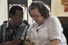 Britânica Lindsay Sandiford ouve tradutor durante seu julgamento em Bali, na Indonésia. Um tribunal do país condenou a britânica, de 56 anos, à pena de morte nesta terça-feira por tráfico de cocaína, avaliada no valor de mais de 2,5 milhões de dólares. 22/01/2013 REUTERS/Stringer