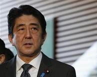 Primeiro ministro japonês, Shinzo Abe, fala a repórteres durante coletiva de imprensa após reunião em Tóquio. O governo do país deve permanecer com as metas de disciplina fiscal que visam retomar o superávit primário até o ano fiscal de 2020 para garantir a confiança nas finanças públicas, de acordo com um painel do governo. 22/01/2013 REUTERS/Kim Kyung-Hoon