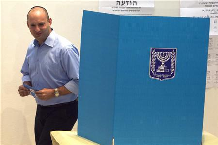 Naftali Bennett, leader of the Bayit Yehudi party, holds an envelope with his ballot before casting it for the parliamentary election at a polling station in Raanana, near Tel Aviv January 22, 2013. REUTERS/Nir Elias