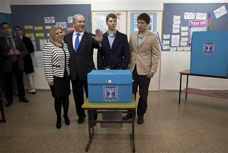 Israel's Prime Minister Benjamin Netanyahu (2ndL), his wife Sara (L) and their sons Yair (2nd R) and Avner (R) pose for a photograph after casting their ballots for the parliamentary election at a polling station in Jerusalem January 22, 2013. REUTERS/Uriel Sinai/Pool