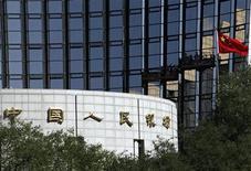Bandeira chinesa flutua próximo à sede do Banco Popular da China, o Banco Central do país, em Pequim. O país asiático teve um déficit fiscal de 850 bilhões de iuans (136,6 bilhões de dólares) em 2012, ou 1,6 por cento do Produto Interno Bruto, disse o Ministério das Finanças nesta terça-feira, um pouco maior que a meta do governo de 800 bilhões de iuans, ou 1,5 por cento do PIB. 10/10/2012 REUTERS/Barry Huang