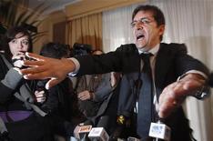 Nicola Cosentino, deputato uscente del Pdl, oggi durante la conferenza stampa a Napoli. REUTERS/Ciro De Luca