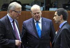 Los ministros de Finanzas de la Unión Europea confían que Irlanda y Portugal podrán volver a financiarse en los mercados después de sus rescates y trabajarán en los próximos meses para ayudar a que eso ocurra, dijo el comisario de Asuntos Económicos y Monetarios, Olli Rehn. Imagen de Rehn (izq. con el ministro irlandés de Finanzas, Michael Noonan (centro), y su homólogo portugués, Vitor Gaspar en la reunión del Ecofin celebrada el 22 de enero en Bruselas. REUTERS/Yves Herman