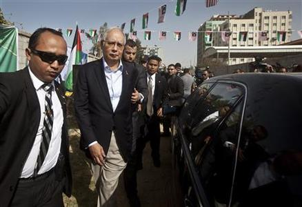 Malaysian Prime Minister Najib Razak (2nd L) arrives for a cornerstone placing ceremony during his visit in Gaza City January 22, 2013. REUTERS/Ali Ali/Pool