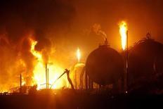 Imagen de archivo de un incendio en la refinería de Amuay en la península venezolana de Paraguaná, ago 25 2012. El mayor centro refinador de crudo de Venezuela redujo su operatividad a un 57 por ciento de su capacidad, según un reporte de la estatal PDVSA al que tuvo acceso Reuters, cinco meses después de que una explosión causara el peor accidente en la historia de la industria petrolera local. REUTERS/Hector Silva