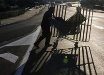 España detectó 91.470 empleos irregulares en su mercado laboral a lo largo de 2012, lo que supone un 12 por ciento más que un año antes, dijo el martes la ministra de Trabajo, Fátima Báñez, durante un acto de entrega de diplomas a nuevos inspectores de empleo y Seguridad Social. En la imagen, José Rodríguez, de 41 años, un trabajador de la construcción en paro desde 2011, lleva un carrito cargado con los objetos de metal y otros artículos para reciclra que recoje de las basuras en Palma de Mallorca, el 8 de enero de 2013. REUTERS/Enrique Calvo