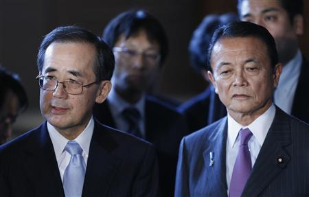 Bank of Japan Governor Masaaki Shirakawa (L) and Finance Minister Taro Aso attend a joint news conference with Economics Minister Akira Amari after their briefing to Prime Minister Shinzo Abe (not pictured) in Tokyo January 22, 2013. REUTERS/Kim Kyung-Hoon
