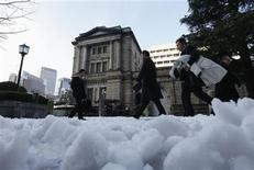 Unas personas pasan frente al edificio del Banco de Japón en Tokio, ene 15 2013. El Banco de Japón anunció el martes su esfuerzo más decidido a la fecha para poner fin a años de estancamiento económico, diciendo que pasará a un compromiso abierto de compra de activos el próximo año y que duplicará su meta de inflación a un 2 por ciento. REUTERS/Kim Kyung-Hoon