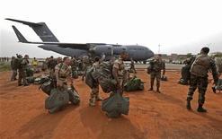 Arrivée de militaires français à l'aéroport de Bamako. Selon une source proche du dossier, le nombre de soldats français déployés sur le sol malien pour l'opération Serval pourrait atteindre, voire dépasser, les 3.000 hommes. /Photo prise le 22 janvier 2013/REUTERS/Eric Gaillard