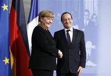 """La chancelière allemande Angela Merkel et François Hollande ont promis mardi à Berlin, à l'occasion du 50e anniversaire du traité d'amitié qui a scellé la réconciliation entre leurs deux pays en 1963, des """"initiatives ambitieuses"""" pour approfondir l'intégration de l'Union européenne et garantir la stabilité de la zone euro. /Photo prise le 22 janvier 2013/REUTERS/Thomas Peter"""