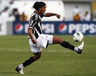 Ronaldinho domina a bola durante partida do Atlético Mineiro contra o Corinthians em São Paulo. Em sua primeira convocação desde o retorno à seleção brasileira, o técnico Luiz Felipe Scolari chamou o meia Ronaldinho Gaúcho para o amistoso contra a Inglaterra, em Londres, em 6 de fevereiro. 2/09/2012 REUTERS/Paulo Whitaker