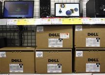 Imagen de archivo de una serie de computadoras de la firma Dell en una tienda de la cadena Best Buy en Phoenix, EEUU, feb 18 2010. El gigante tecnológico Microsoft Corp está en negociaciones para la posible inversión de entre 1.000 millones y 3.000 millones de dólares en una compra apalancada del fabricante de computadoras Dell Inc, dijo el martes la cadena de televisión CNBC citando fuentes no identificadas. REUTERS/Joshua Lott
