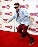 """El rompecorazones adolescente Justin Bieber, cuya horda de fans es conocida como """"Beliebers"""", se convirtió el martes en el rey del Twitter, superando a la estrella del pop Lady Gaga como el usuario con mayor número de seguidores. En la imagen, Bieber posa en la alfombra roja en el Jingle Ball 2012 en Atlanta, Estados Unidos, el pasado 12 de diciembre. REUTERS/Tami Chappell"""