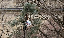 Oraciones, marchas y protestas comenzaron el martes en Washington para conmemorar el 40 aniversario de la decisión del Tribunal Supremo de legalizar el aborto, incluso cuando la batalla sobre el tema ha cambiado en gran parte de los tribunales federales a los estatales. En la imagen, un hombre toma posición en un árbol antes de la investidura de Obama con un cartel contra el aborto el 21 de enero. REUTERS/Brian Snyder