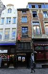 """La plus petite maison de Bruxelles, à deux pas de la célèbre Grand-Place, sera mise aux enchères le 6 février, avec un prix de départ de 146.200 euros. Le rez-de-chaussée a une surface au sol de seulement 2,75 mètres de large sur 1,75 mètre de long et les étages sont un peu plus """"vastes"""", environ 16 m2 chacun. /Photo prise le 22 janvier 2013/REUTERS/Yves Herman"""