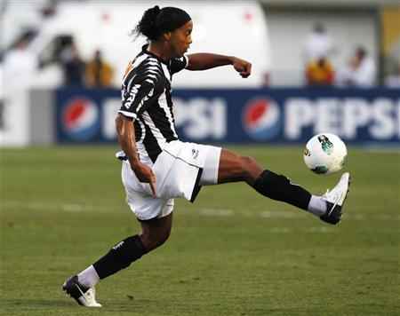 Atletico Mineiro's Ronaldinho controls the ball during their Brazilian Serie A championship soccer match against Corinthians in Sao Paulo September 2, 2012. REUTERS/Paulo Whitaker