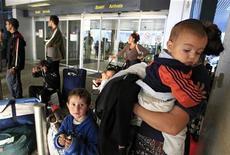 Une famille de Roms tout juste expulsée de France à son arrivée à l'aéroport de Bucarest, en septembre dernier. Les expulsions de sans-papiers ont été en forte hausse en 2012 en France avec plus de 36.000 reconduites à la frontière, soit 12% de plus qu'en 2011, selon des chiffres encore provisoires obtenus mardi auprès du ministère de l'Intérieur. /Photo prise le 13 septembre 2012/ REUTERS/Radu Sigheti