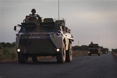 """El secretario general de Naciones Unidas, Ban Ki-moon, advirtió a su Consejo de Seguridad en contra de proporcionar apoyo logístico para las operaciones de combate en Mali, diciendo que ese movimiento podría poner en """"grave riesgo"""" a su personal civil desplegado en la región. En la imagen, un convoy de vehículos militares franceses circulan por una carretera en las afueras de Markala, en Mali, el 22 de enero de 2013. REUTERS/Joe Penney"""