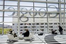 Google a vu son chiffre d'affaires internet progresser de 22% à 12,91 milliards de dollars au quatrième trimestre. Le chiffre d'affaires consolidé, qui incorpore la filiale de téléphonie mobile Motorola Mobility, a atteint 14,42 milliards de dollars, soit une hausse de 36%. /Photo prise le 28 juin 2012/REUTERS/Stephen Lam