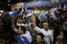 Partisans du Likoud réunis au siège du parti, à Tel Aviv. Selon les sondages réalisés à la sortie des urnes, le Likoud-Beitenou (droite) du Premier ministre israélien Benjamin Netanyahu est en tête des législatives de ce mardi en Israël mais les formations de centre gauche réalisent une percée inattendue qui pourrait compliquer la formation de la prochaine coalition gouvernementale. /Photo prise le 22 janvier 2013/REUTERS/Baz Ratner