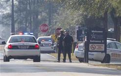 Policiais são vistos na rua que dá acesso ao campus North Harris, da faculdade Lone Star, onde ocorreu um tiroteio nesta terça-feira, em Houston, no Texas, Estados Unidos. 22/01/2013 REUTERS/Richard Carson