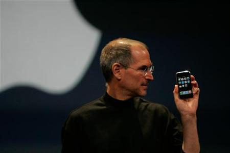 Apple Computer Inc. Chief Executive Officer Steve Jobs holds the new iPhone in San Francisco, California January 9, 2007. REUTERS/Kimberly White