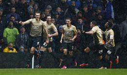 Les joueurs de Bradford City ont accédé mardi à la finale de la Coupe de la Ligue anglaise en battant Aston Villa 4-3 sur les demi-finales aller et retour, du jamais-vu pour un club de quatrième division depuis plus d'un demi-siècle. /Photo prise le 22 janvier 2013/REUTERS/Darren Staples