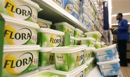 Unilever, géant mondial des produits de grande consommation, annonce une croissance organique de 6,9% au titre de 2012, légèrement supérieure aux attentes, grâce à une hausse à deux chiffres dans les marchés émergents. /Photo d'archives/REUTERS/Luke MacGregor