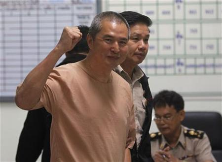 Somyot Prueksakasemsuk, editor of ''Voice of the Oppressed'', a magazine devoted to self-exiled former Prime Minister Thaksin Shinawatra, gestures as he walks near a prison cell at the criminal court in Bangkok January 23, 2013. REUTERS/Chaiwat Subprasom (THAILAND - Tags: POLITICS CRIME LAW MEDIA)
