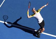 El tenista británico Andy Murray se deshizo sin piedad del francés Jeremy Chardy, quien no es cabeza de serie, por 6-4, 6-1 y 6-2 clasificándose el miércoles para semifinales del Abierto de Australia por cuarto año consecutivo. En la imagen, de 23 de enero, el tenista Andy Murray durante el partido de cuartos de final del Abierto de Australia contra el francés Jeremy Chardy. REUTERS/David Gray