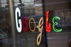 Логотип Google на двери штаб-квартиры компании в Нью-Йорке 8 января 2013 года. Выручка ключевого для Google Inc интернет-подразделения превзошла ожидания многих экспертов в четвертом квартале, а темпы снижения показателей рекламы замедлились по сравнению с предыдущим отчетным периодом. REUTERS/Andrew Kelly