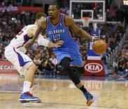 El espectáculo de Kevin Durant en la segunda mitad ayudó a los Thunder de Oklahoma a superar por 109-97 a los Clippers de Los Ángeles en un posible ensayo de la final de esta temporada de la Conferencia Oeste. En la imagen, de 22 de enero, Kevin Durant de los Thunder lleva el balón en una jugada del partido contra los Clippers en Los Ángeles. REUTERS/Lucy Nicholson