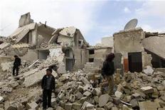 Residents look at the damages in Karm al-Tarab neighborhood in Aleppo January 22, 2013. REUTERS/Muzaffar Salman