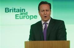El primer ministro David Cameron prometió el miércoles que dará a los británicos la opción de decidir en un referéndum si quieren permanecer en la Unión Europea o marcharse, siempre y cuando gane las próximas elecciones en 2015. En la imagen, Cameron durante su discurspo sobre el papel de Reino Unido en la UE, en Londres, el 23 de enero de 2013. REUTERS/Suzanne Plunkett