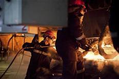 Рабочие возле машины непрерывного литья заготовок на металлургическом комбинате ArcelorMittal в Темиртау 13 июня 2012 года. Экономический рост в Казахстане в 2012 году замедлился до 5 процентов с 7,5 процента за 2011 год, сообщил премьер-министр страны Серик Ахметов. REUTERS/Valery Kaliyev