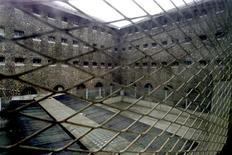 """La surpopulation dans les prisons en France est """"alarmante"""" et les conditions de détention y sont """"très dégradées"""", dit un rapport parlementaire publié mercredi qui avance des dizaines de propositions pour limiter le nombre d'incarcérations. /Photo d'archives/REUTERS"""