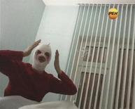 El director artístico del Ballet Bolshoi dijo a un periódico ruso que había recibido amenazas durante más de un mes antes de que un agresor enmascarado lanzara ácido sobre su cara la semana pasada, pero su petición de protección fue rechazada. En la imagen, de 18 de enero, Sergei Filin, director artístico del prestigioso Ballet Bolshloi de Rusia, durante una entrevista con una televisión rusa en el hospital en el que se recupera de las quemaduras causadas por el ácido que una persona le lanzó en el rostro. REUTERS/REN TV via Reuters TV