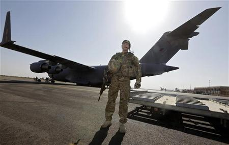 A British soldier secures the area upon the arrival of a British C17 cargo aircraft at the Mali air force base near Bamako January 18, 2013. REUTERS/Eric Gaillard