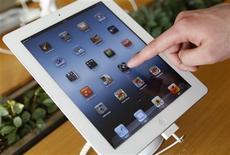Apple, qui publie ses résultats mercredi soir après la clôture, à suivre sur les marchés américains. /Photo prise le 18 janvier 2013/REUTERS/Lee Jae-Won