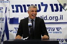 Ex-apresentador de TV Yair Lapid surpreendeu ao liderar seu partido recém-criado à conquista do segundo lugar nas eleições em Israel. 23/01/2013 REUTERS/Ammar Awad