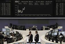 Les Bourses européennes oscillent autour de leurs clôtures de la veille mercredi à la mi-séance. À Paris, le CAC 40 cède 0,29% à 3.730,24 points vers 12h00 GMT après avoir démarré sur une note positive. À Francfort, le Dax en revanche prend 0,23% et à Londres, le FTSE est stable (+0,06%), soutenu par Unilever. /Photo prise le 23 janvier 2013/REUTERS/Remote/Janine Eggert