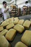 Рабочий сортирует буханки хлеба на хлебобулочном комбинате в Батайске 10 сентября 2010 года. Инфляция в России с 15 по 21 января 2013 года ускорилась до 0,2 процента с 0,1 процента неделей ранее на фоне подорожания продуктов питания и водки, сообщил Росстат в среду. REUTERS/Vladimir Konstantinov
