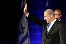 El líder israelí, Benjamin Netanyahu, consiguió una estrecha victoria en las elecciones del martes, pero los votantes descontentos con su gestión le dieron un apoyo masivo a un nuevo partido de centro, que obtuvo el segundo lugar, lo que obliga al primer ministro al desafío de formar una Gobierno de coalición. En la imagen, Netanyahu saluda a simpatizantes de su partido, el Likud, en Tel Aviv, el 23 de enero de 2013. REUTERS/Nir Elias