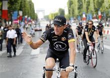Ciclista norte-americano Lance Armstrong acena na Champs Elysées durante desfile final da Volta da França, em julho de 2010, em Paris. Cerca de 28 milhões de telespectadores assistiram à entrevista feita por Oprah Winfrey com o ciclista Lance Armstrong, em que ele admitiu ter usado substâncias para melhorar seu desempenho durante anos. 25/07/2010 REUTERS/Francois Lenoir