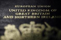 Фрагмент обложки британского паспорта в Париже 23 января 2013 года. Премьер-министр Дэвид Кэмерон в среду пообещал британцам референдум о выходе из Евросоюза, если его консервативная партия останется у власти после следующих выборов и договорится об изменении правил, на которых строится переживающая кризис объединенная Европа. REUTERS/Mal Langsdon