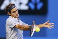 Roger Federer of Switzerland hits a return to Jo-Wilfried Tsonga of France during their men's singles quarter-final match at the Australian Open tennis tournament in Melbourne, January 23, 2013. REUTERS/Tim Wimborne