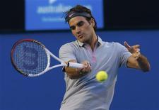 Roger Federer s'est qualifié mercredi pour les demi-finales de l'Open d'Australie aux dépens de Jo-Wilfried Tsonga en cinq sets 7-6 4-6 7-6 3-6 6-3. Le Suisse rencontrera au prochain tour le Britannique Andy Murray, vainqueur de Jérémy Chardy 6-4 6-1 6-2. /Photo prise le 23 janvier 2013/REUTERS/Damir Sagolj