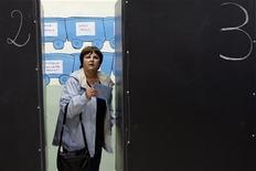 Un'elettrice esce dalla cabina dopo aver votato alle comunali di Civitavecchia nel maggio 2012. REUTERS/Giampiero Sposito