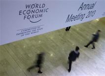 Un grupo de participantes en el Foro Económico Mundial en Davos, ene 23 2013.Los líderes empresariales en Davos tienen mucho de qué preocuparse, desde la zona euro hasta la agitación geopolítica mundial, pero en el fondo su problema es simple: cómo encontrar nuevos ingresos en una economía mundial que crece poco. REUTERS/Pascal Lauener